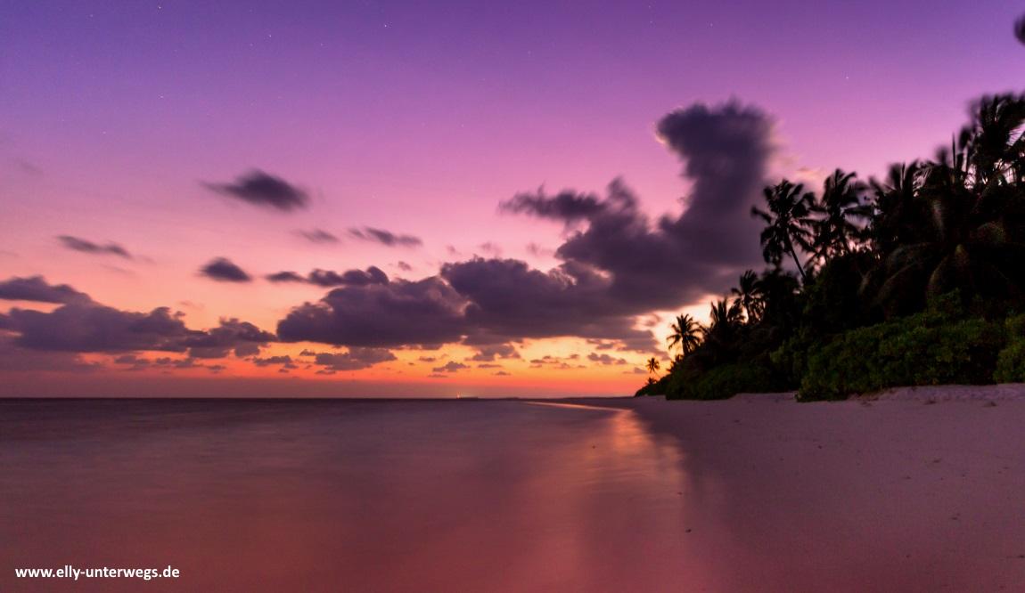 Malediven-Fihalhohi-Strand-Sonnenaufgang-Palmen
