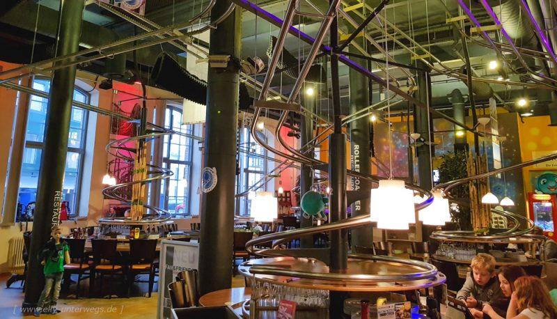 Hamburg: Besuch im Achterbahn-Restaurant 'Schwerelos'
