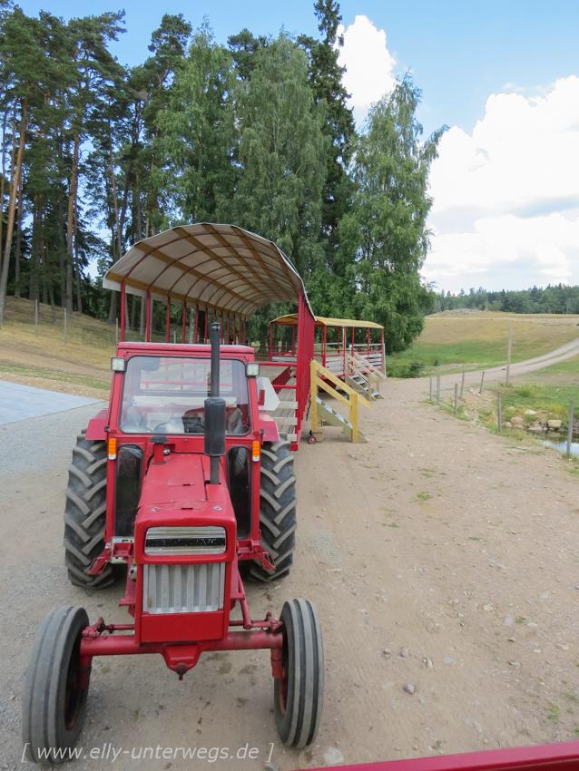 Die Treckerwagen für die Elchsafari im Skullaryd Elchpark
